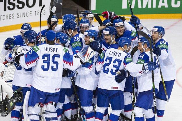 Slovenskí hokejisti sa tešia po výhre 3:1 proti Rusom.