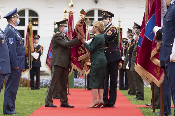 Prezidentka zapožičiava bojovú zástavu  1. mechanizovanej brigáde Topoľčany.