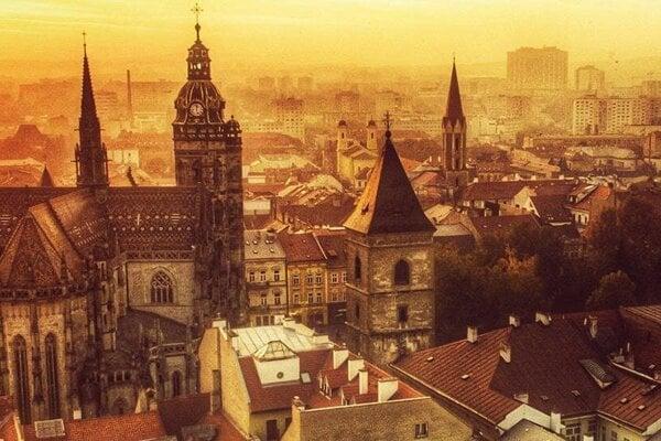 Jedna z fotografií, ktorou sa prezentuje Visit Košice na svojom webe. V komunikácii k verejnosti sa orientuje na ideu, že pamiatky tvoria len kulisu, ale mesto skutočne žije.