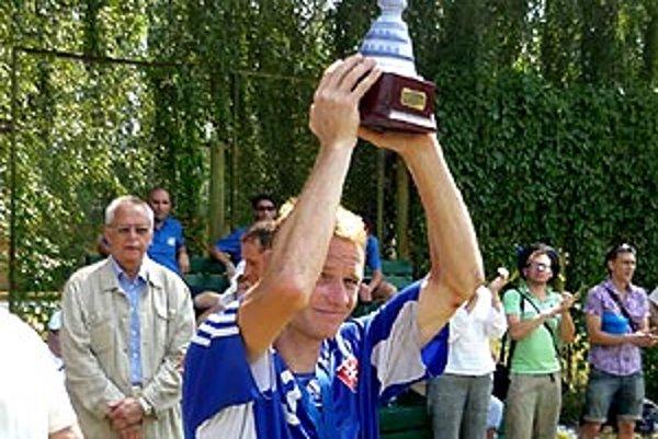 Kapitán Marián Bédi s pohárom za druhé miesto.