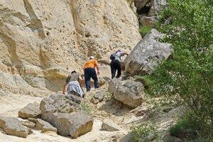 V prírodnej rezervácii Devínska Kobyla, ktorej súčasťou je Sandberg, ľudia napriek značeniam preliezajú zábrany.