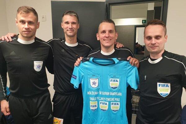 Tretí zľava Peter Kováč s rozlúčkovým dresom po finálovom zápase Slovenského pohára.