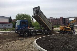 Práce v okolí haly, kde bude linka na spracovanie odpadu.