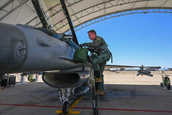 Prví štyria slovenskí piloti absolvovali svoj prvý sólo let na stíhacom lietadle F-16.