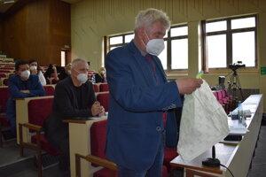 Riaditeľ Milan Kuruc na rokovaní humenských poslancov ukázal, aké vrecká treba do košíka používať.
