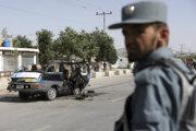 Príslušník afganských bezpečnostných zložiek hliadkuje po výbuchu, ku ktorému došlo v západnej časti afganského hlavného mesta Kábul.