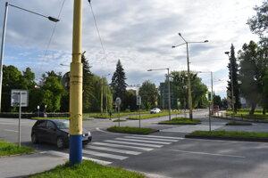 Priechod cez štvoprúdovú cestu pri budove Lesov Slovenskej republiky ostane na svojom mieste.