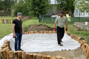 V komunitnej záhrade v Priekope dokončili pieskovisko.