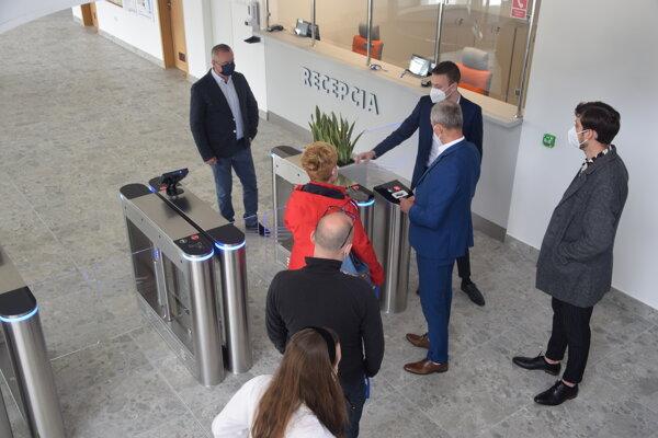 Návštevníkov Mestskej krytej plavárne v Žiline privíta modernizovaný vstup.