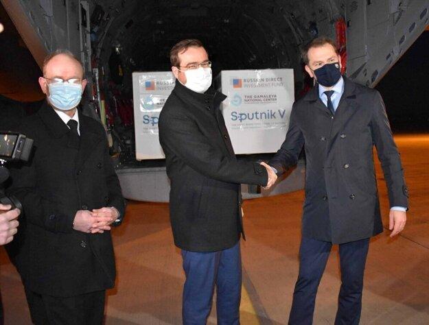 Infektológ Pavol Jarčuška, minister zdravotníctva Marek Krajčí a premiér Igor Matovič 1. marca na košickom letisku, kde pristálo lietadlo so Sputnikom.