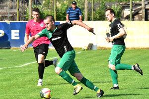 V čierno-zelených dresoch domáci hráči Moťovský a Galbavý, vzadu Kolárovčan Pavlík.