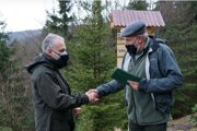 Pavol Dendys (vľavo) preberá ocenenie zrúk ministra pôdohospodárstva arozvoja vidieka Jána Mičovského
