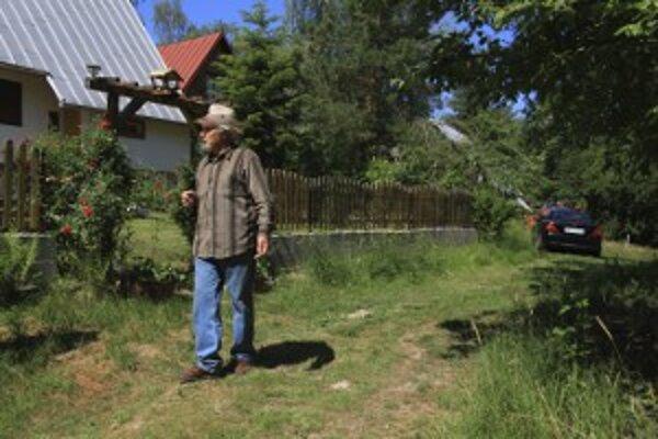 Milan Gonda pri ceste, ktorá vedie k jeho domu.