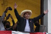 Pedro Castillo zdraví svojich stúpencov v Lime.