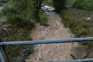 Splašky zo septikov zvyknú končiť aj v potokoch.