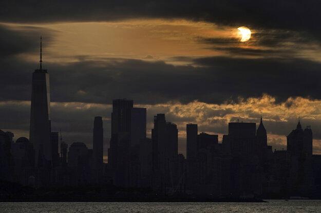 Čiastočné zatmenie Slnka v New Yorku.
