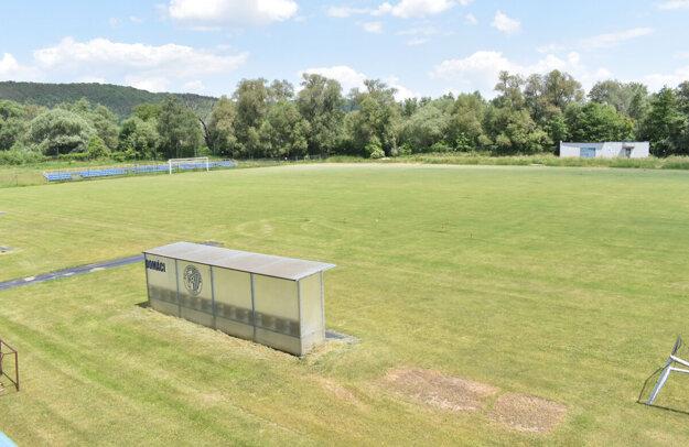 Namiesto hráčov a lopty budú zrejme na ihrisku v Družstevnej pri Hornáde, v obci neďaleko Košíc, záhradkári s motykami.