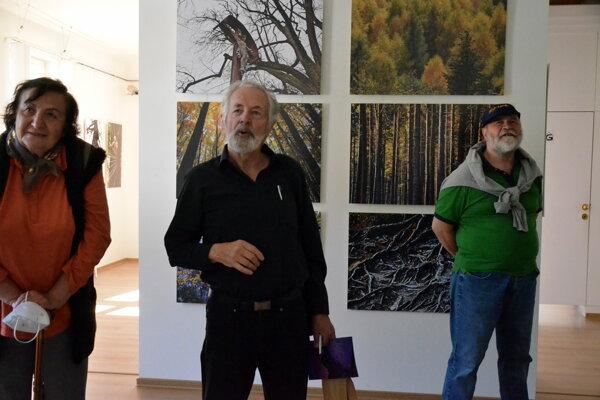 Návštevníci sa môžu potešiť pohľadom na dychberúce fotografické snímky turčianskeho fotografa Gustáva Hegedüša vnetradičnom spojení poézie zpera Ondreja Nagaja.