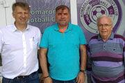 Zľava viceprezident klubu Vojtech Szüllő, nový tréner KFC Mikuláš Radványi a prezident klubu Juraj Baráth.