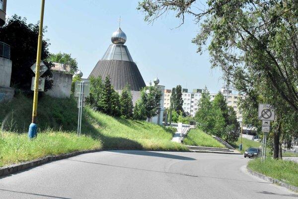 Mestská časť Dargovských hrdinov bude revitalizovať priestor pred gréckokatolíckym kostolom.