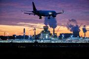 Lietadlo pristáva za súmraku na Letisku Berlín-Tegel.