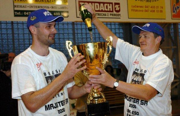 Basketbalisti E.S.O. Lučenec sa 20.mája 2006 v Lučenci stali po druhý raz majstrami Slovenska, keď vo štvrtom finále play off extraligy zvíťazili nad Handlovou 66:61 a v celej sérii triumfovali 3:1. Na snímke vľavo kapitán Michal Tarabus s trofejou, vpravo riaditeľ klubu Jozef Mižúr.