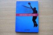 Najnovšia kniha Jozefa Drenka sa zaoberá vývojom volejbalu v Lučenci a okolí.