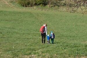 Silvia trávi čas s deťmi vonku často.