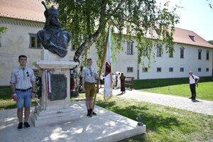 Skauti držia čestnú stráž pri buste Františka (Ferenc) II. Rákócziho počas slávnostného otvorenia zrekonštruovaného kaštieľa v obci Borša v okrese Trebišov.