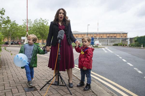 Stella Morisová so svojimi dvoma deťmi, ktoré má s Julianom Assangeom.