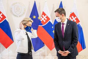 Predseda vlády Eduard Heger a predsedníčka Európskej komisie Ursula von der Leyen počas jej prijatia na Úrade vlády.