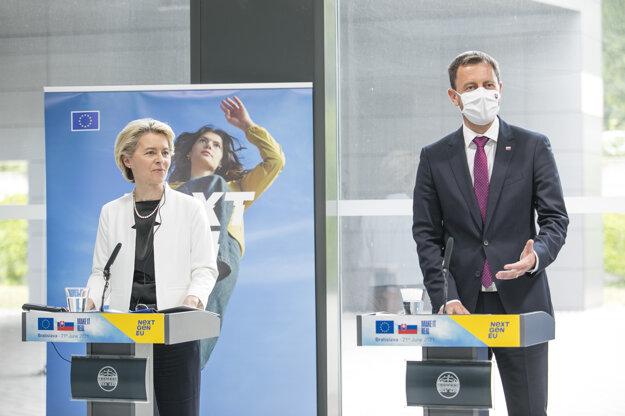 Predsedníčka Európskej komisie Ursula von der Leyenová a predseda vlády SR Eduard Heger na tlačovej konferencii počas návštevy Vedeckého parku Univerzity Komenského.