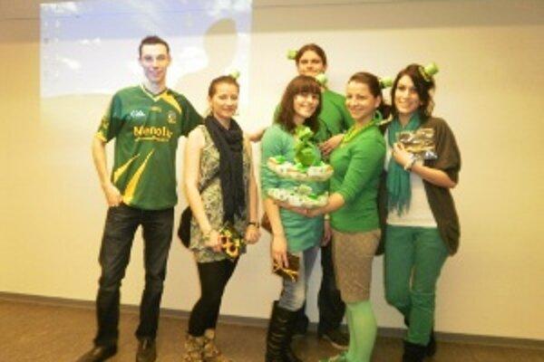Študenti sa obliekli do zelenej.