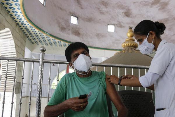 Očkovanie v mešite v indickom meste Achmedabad.