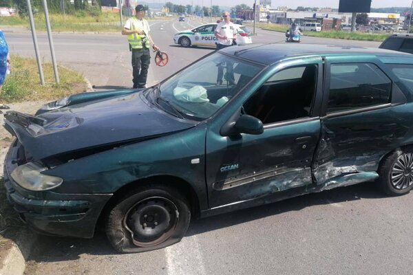 Vodič narazil do policajného auta.