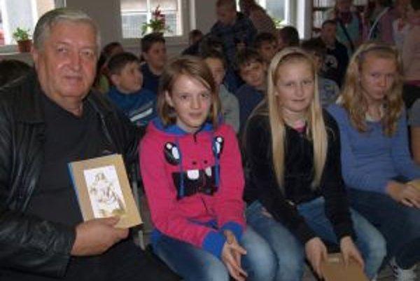 Autor Ladislav Spišiak s deťmi zo ZŠ Lúky Vráble.