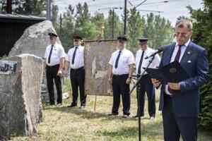 Predseda parlamentu Boris Kollár v príhovore pri pamätníku železničiarov.