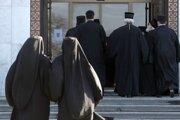 Srbskí pravoslávni biskupi prichádzajú na voľbu nového patriarchu srbskej pravoslávnej cirkvi v pravoslávnom chráme sv. Sávu v Belehrade v Srbsku.