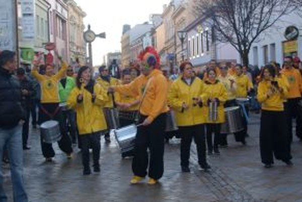 Fašiangový sprievod viedol bubenícky orchester Campana Batucada.