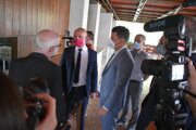 V utorok (22.6.) navštívil Branislav Gröhling, minister školstva (na fotke v červenom rúšku), Gymnázium Ľudovíta Štúra v Trenčíne.