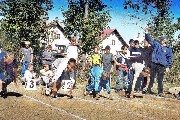 Ján Pienčák (vpravo) organizoval na pôde škole rôzne atletické súťaže pre žiakov.