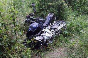 Napriek hrozivo vyzerajúcej nehode vyviazol vodič s ľahkými zraneniami.