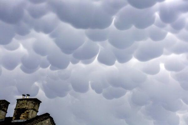 Oblaky počas horúčav v Bratislave.