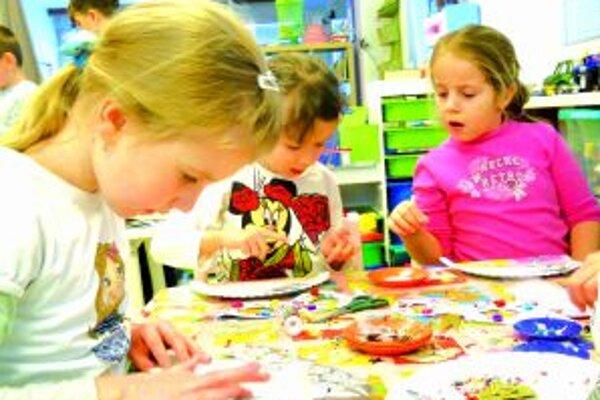Deti si vyrábali fašiangové ozdoby.