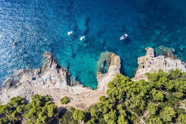 Pláž v chorvátskej Pule. Chorvátsko patrí medzi najobľúbenejšie dovolenkové destinácie Slovákov.