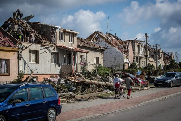 Tornádo narobilo na Morave obrovské škody.