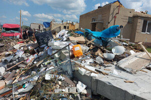 Odstraňovanie škôd po tornáde v juhomoravskej obci Lužice.