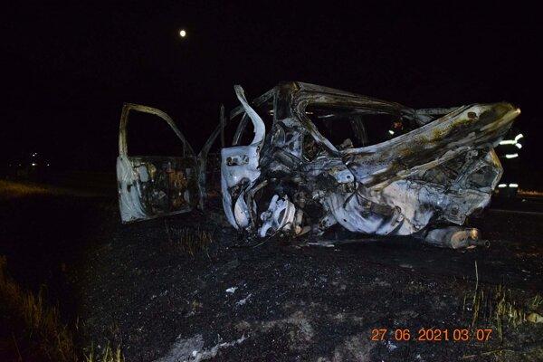 V aute zhorel 18-ročný mladík.