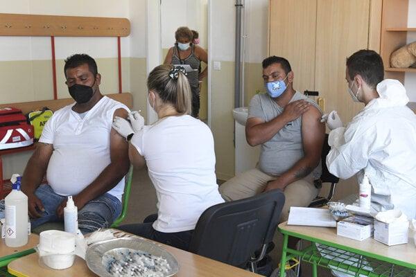 Vakcínu v Kecerovciach dostalo 300 záujemcov.