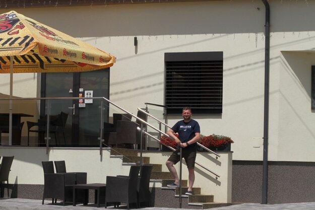Peter Varga pred svojou stále sa rozvíjajúcou reštauráciou.